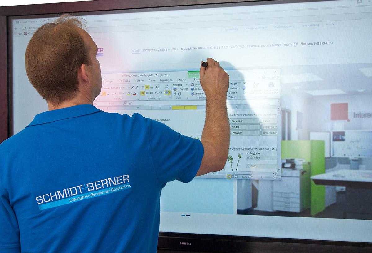 Mitarbeiter arbeitet an einem Smartscreen